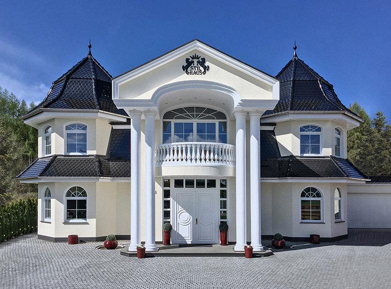 Energieeffiziente Stadtvilla Mit Doppelflügelige Haustür, Mit  Unterschiedlichen Bögen Gestalteten Sprossen Fenster.
