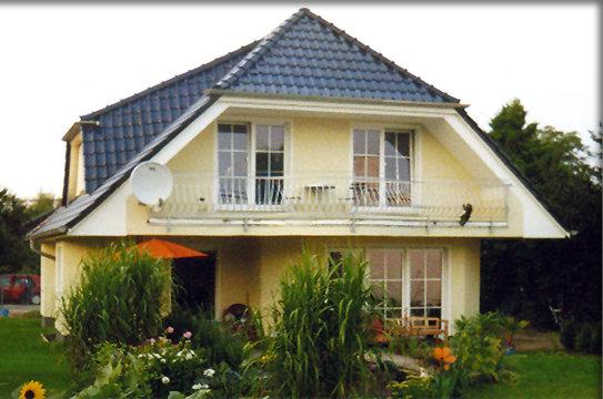 wenn sie ein solides fertighaus m balkon preiswert bauen. Black Bedroom Furniture Sets. Home Design Ideas