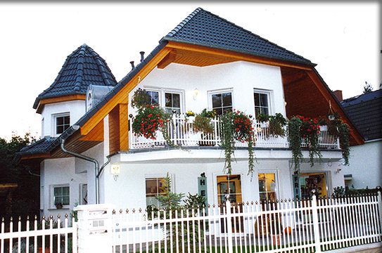 Haustyp duett ein zweifamilienhaus mit balkon und doppelgarage